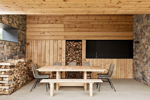 Casa en La Cerdanya. Porche de madera con leña