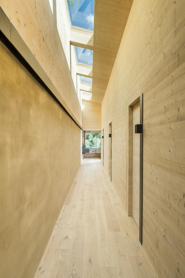 Casa en La Cerdanya. Pasillo de madera con claraboya en el techo