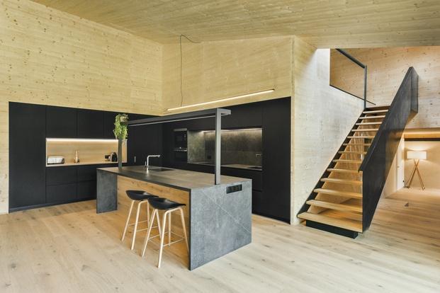 Casa en La Cerdanya. Cocina madera y color negro