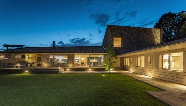 Casa en La Cerdanya. Foto iluminación noche jardín