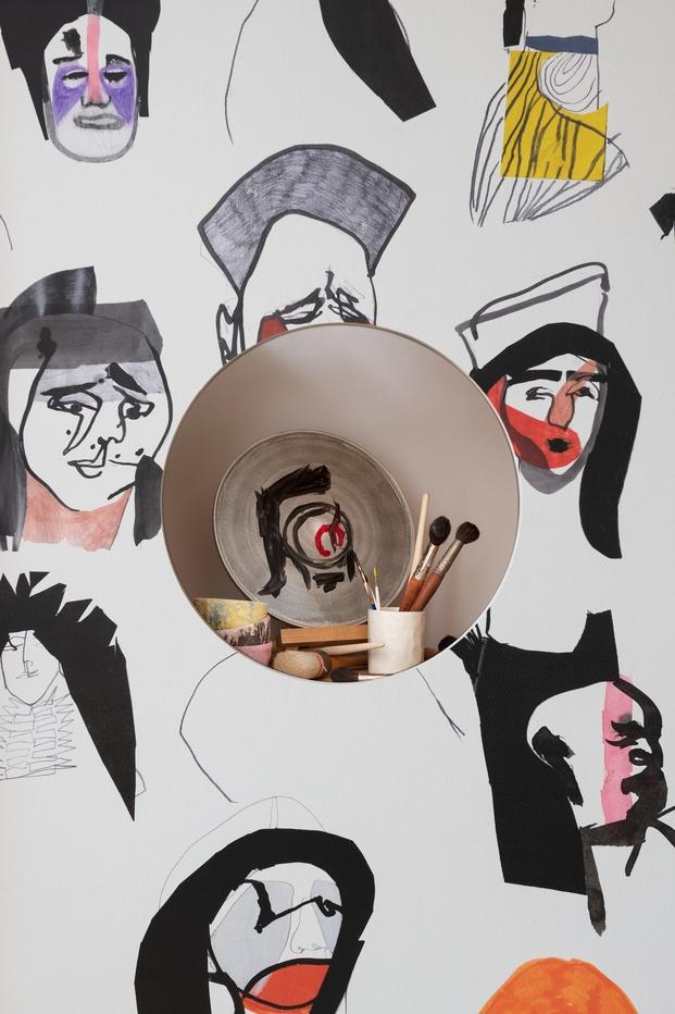 Exposición de cerámica y papel pintado. Pinceles y pintura. Mateus, Pierre Frey y Costas Voyatzis