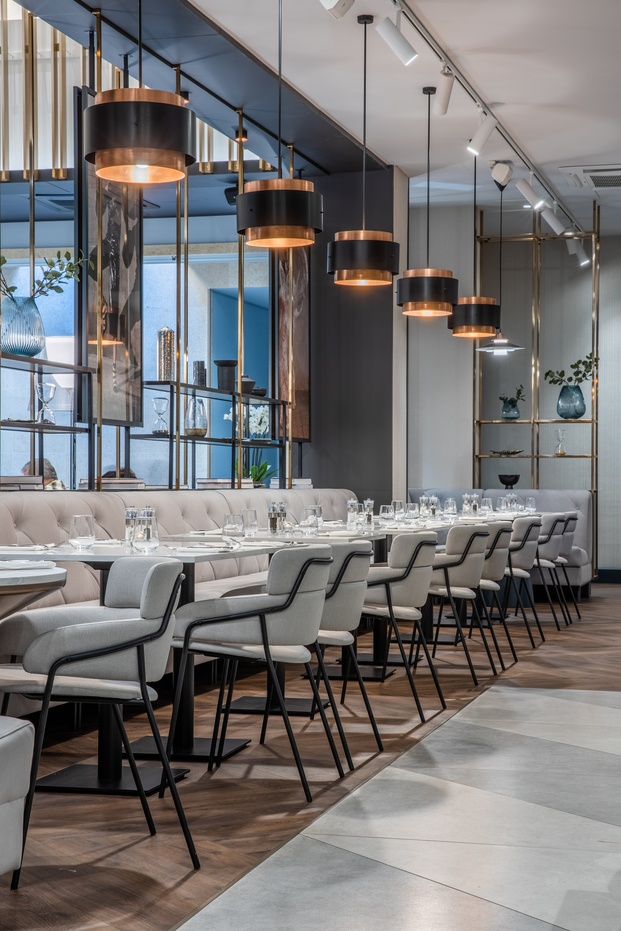 Restaurante con sofás y butacas grises