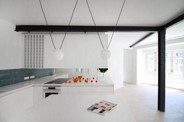 cocina blanca columnas de acero negro en reforma en madrid