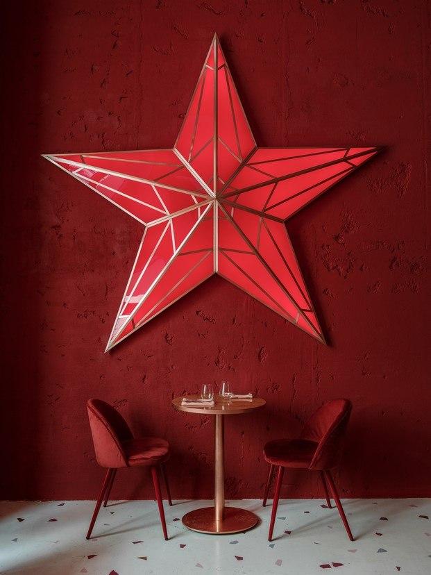 estrella roja en el restaurante pink mama de moscú diariodesign