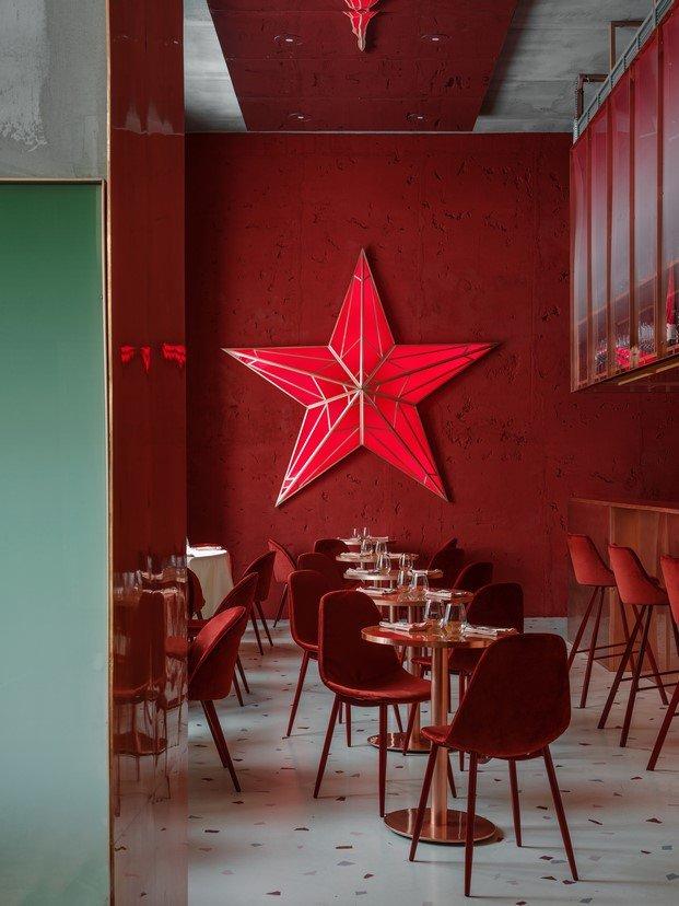 decoración soviética con estrella roja restaurante pink mama moscú
