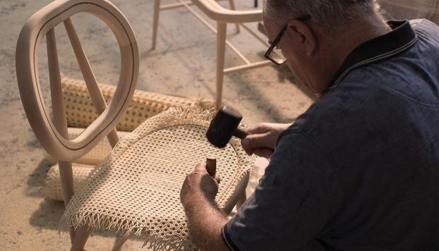 Fabricación artesanal silla de mimbre