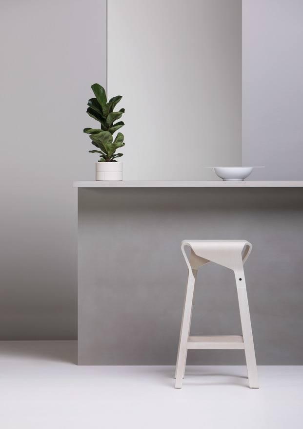 Taburetes de madera curvada Emiliana Design Studio para Vergés