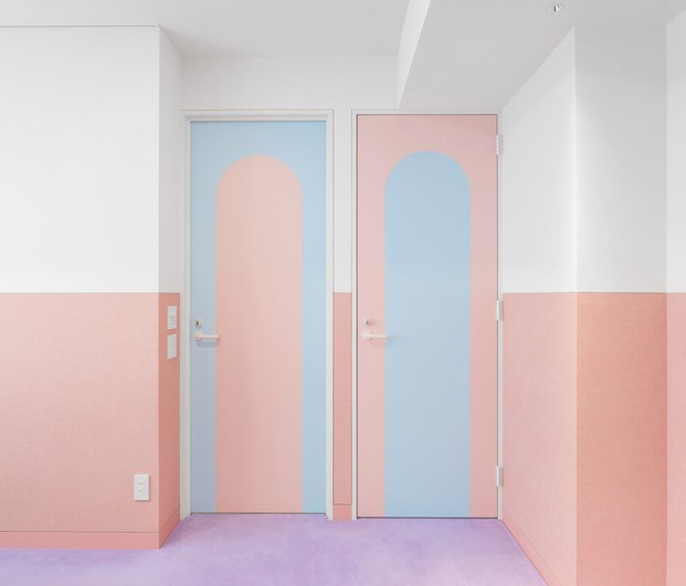 Puertas colores pastel Adam Nathaniel Furman proyecto Nagatacho Tokio