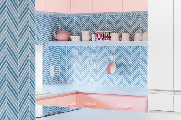 Cocina mosaico combinado con colores pastel Adam Nathaniel Furman proyecto Nagatacho Tokio