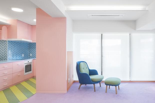 Salón colores pastel Adam Nathaniel Furman proyecto Nagatacho Tokio
