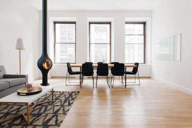 Salón comedor espacioso con chimenea central