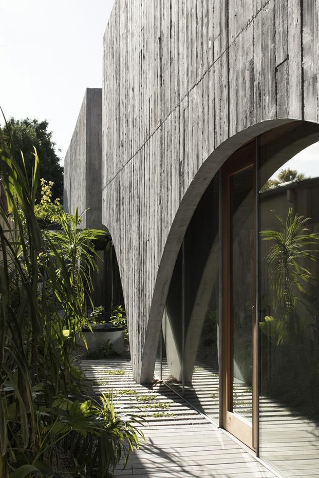 jardín con arcos de hormigón en casa santuario