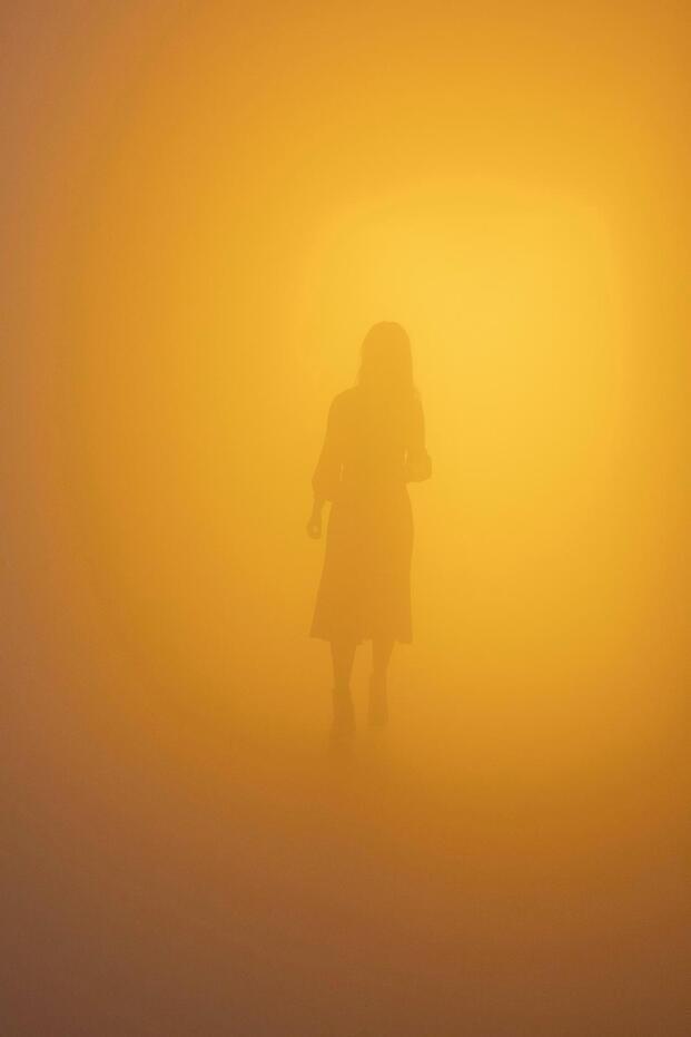 Olafur Eliasson. Exposición In Real Life. Tate Modern, 2019. Pasillo niebla. Color amarillo