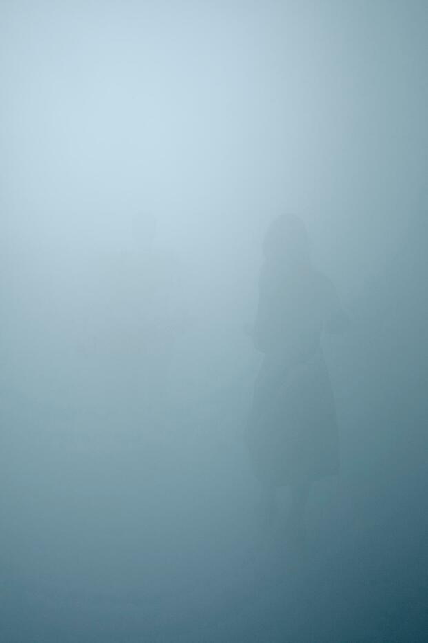 Olafur Eliasson. Exposición In Real Life. Tate Modern, 2019. Pasillo niebla. Color azul gris