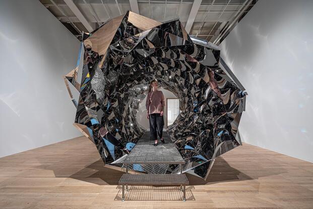 Olafur Eliasson. Exposición In Real Life. Tate Modern, 2019. Espiral tubo de espejos