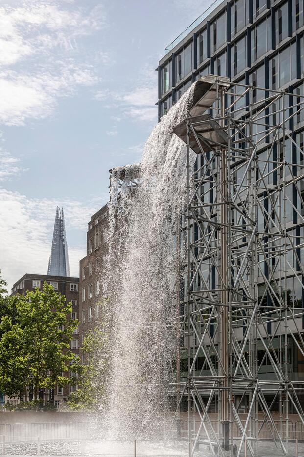 Olafur Eliasson. Exposición In Real Life. Tate Modern, 2019. Cascada andamios