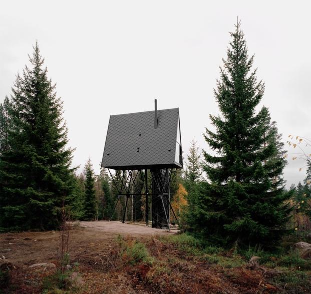 cabañas en el bosque noruego color negro