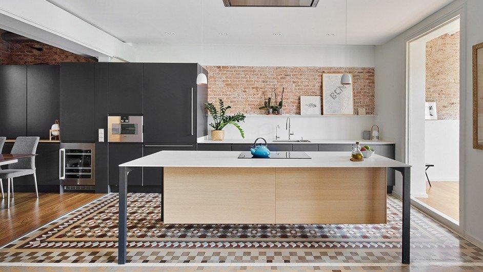 TwoBo reforma un antiguo piso del ensanche barcelonés combinando modernidad y tradición.