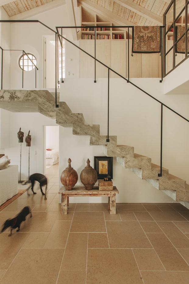 White & Kaki Quinta en Algarve. Reforma. Escalera de hormigón