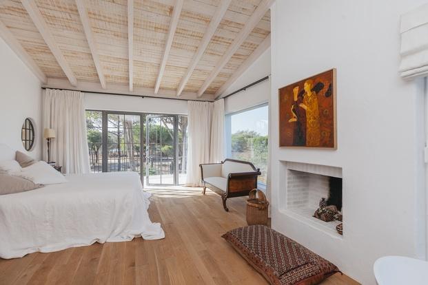 White & Kaki Quinta en Algarve. Reforma suite con chimenea