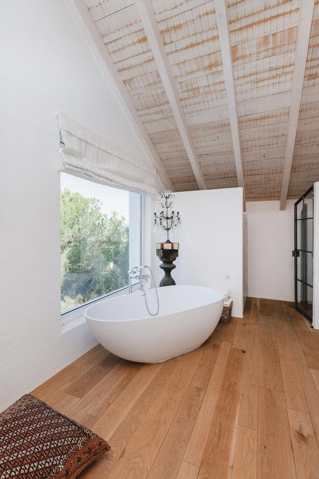 White & Kaki Quinta en Algarve. Reforma suite con bañera