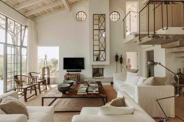 White & Kaki Quinta en Algarve. Reforma salón