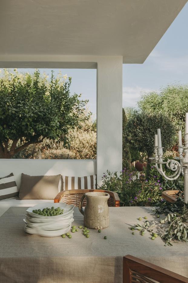 White & Kaki Quinta en Algarve. Reforma. Foto mesa jardín