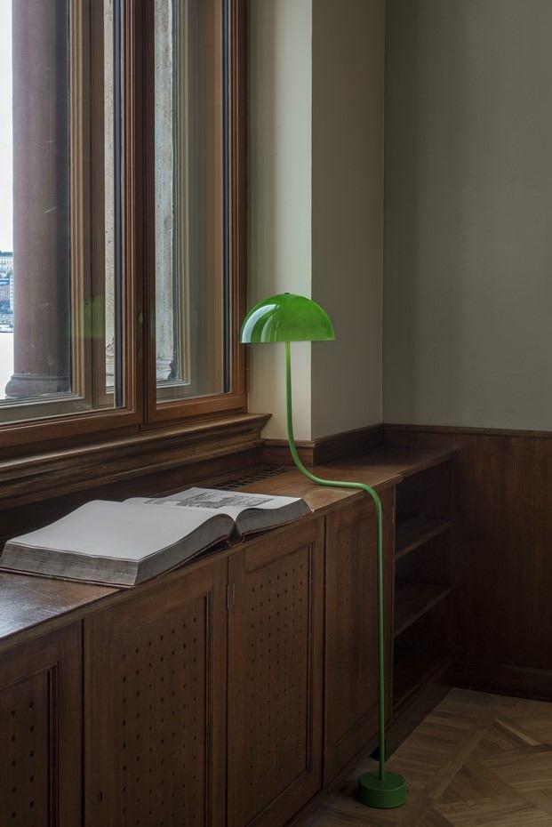 Lámpara verde curvada de Front en biblioteca