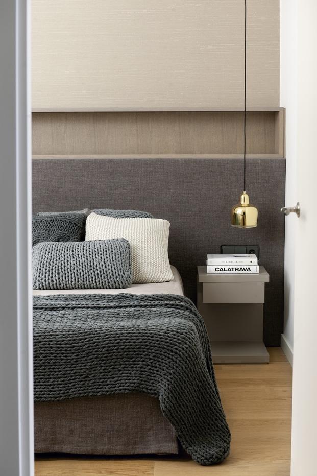 Mimouca. Reforma casa modernista en el Eixample. Habitación con mantas grises de Teixidors