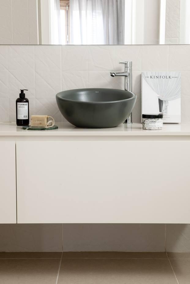 Mimouca. Reforma casa modernista en el Eixample. Baño blanco con lavabo redondo negro