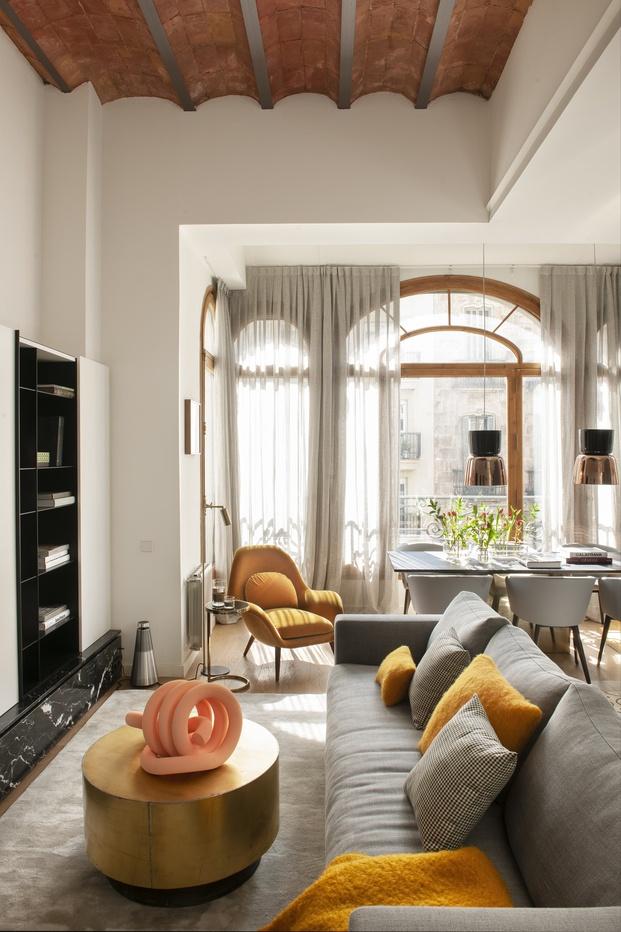 Mimouca. Reforma casa modernista en el Eixample. Color Mostaza. Salón