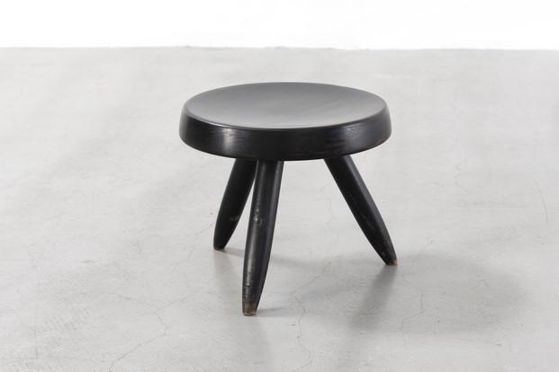taburete diseñado por Charlotte Perriand