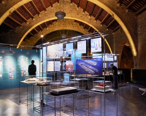 exposición arquitecturas en la orilla en el museu marítim