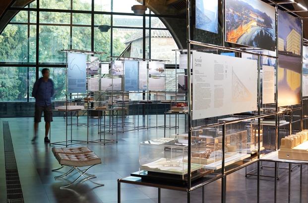 vista exposición arquitecturas en la orilla
