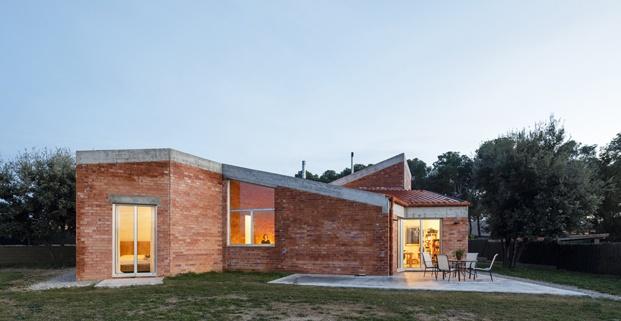 Jesús Perales. Proyecto Casa Almudena en Tarragona. Exterior casa de noche