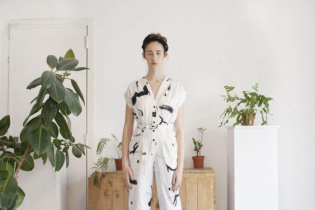 Mono jumpsuit blanco con pinceladas negras. Design Market Barcelona 2019