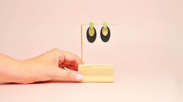 Pendientes dorados y negros. Design Market Barcelona 2019