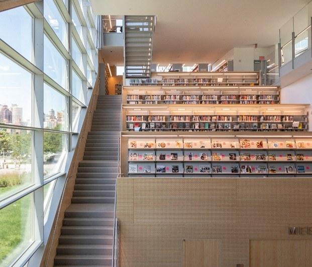 Biblioteca pública de Queens Hunters Point Library. Escaleras