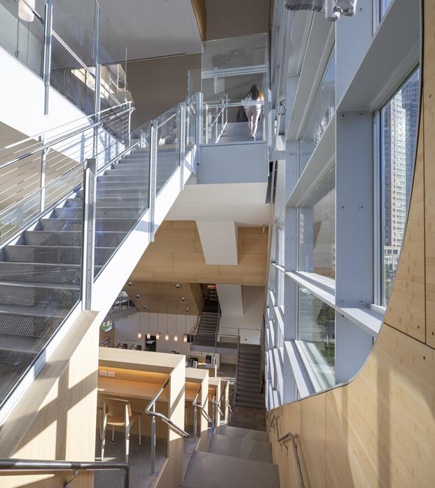 Biblioteca pública de Queens Hunters Point Library. Interior. Escaleras