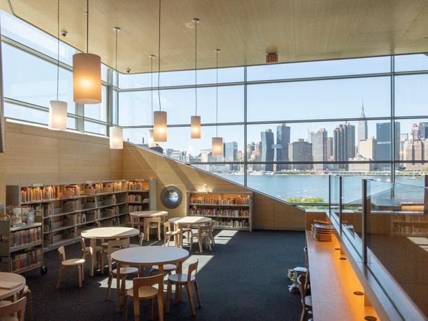 Biblioteca pública de Queens Hunters Point Library. Vistas East River