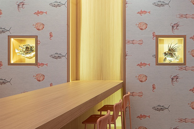 Sushi Fun poke shop Milán. Interiorismo estudio italiano Kentool. Papel de pared peces