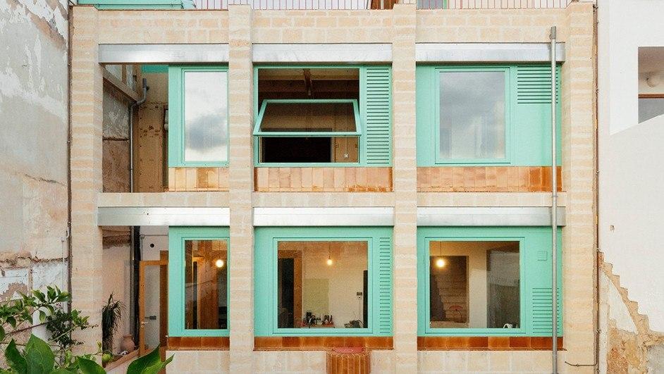 SMS Arquitectos extienden la residencia Plywood House en Palma de Mallorca a partir de procesos de fabricación digital y materiales locales.