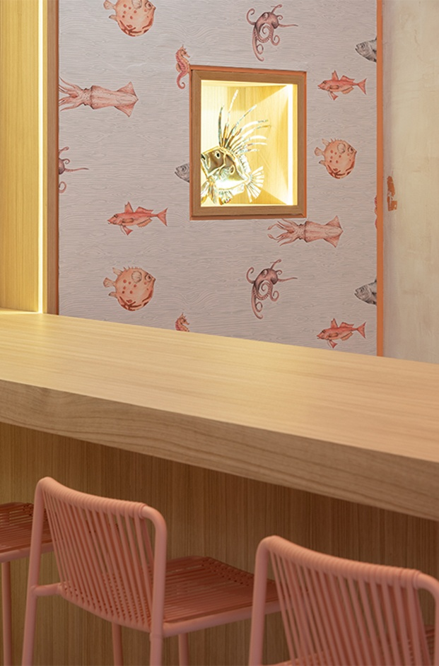 Sushi Fun poke shop Milán. Interiorismo estudio italiano Kentool. Papel pintado peces