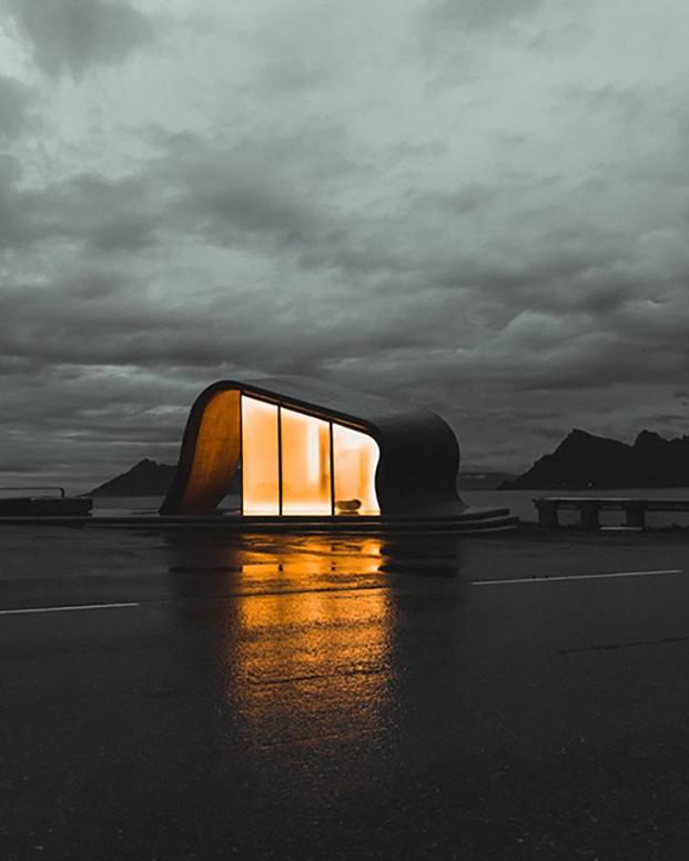 Uredd es una de las áreas de descanso más concurridas de la Norwegian Scenic Route, y llama la atención por sus modernos baños públicos diseñados por HZA.