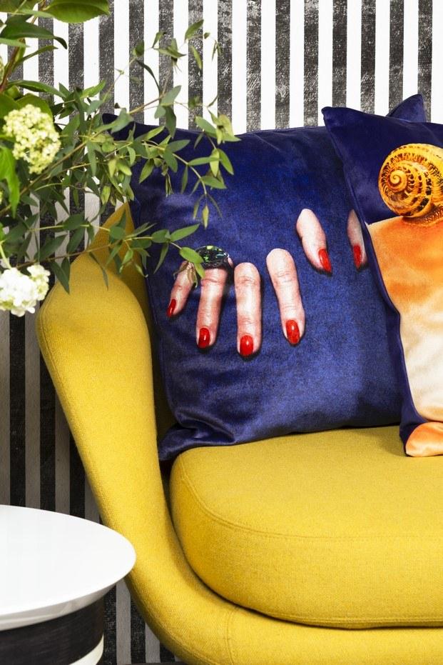 detalle sillón y cojín en tocamadera tienda de diseño en Madrid