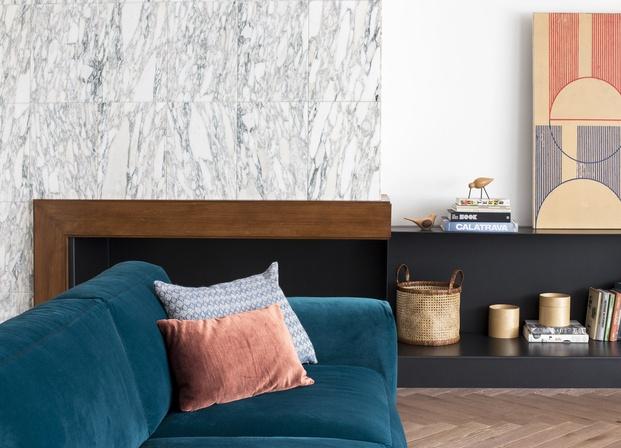 Chimenea negra con pared de mármol