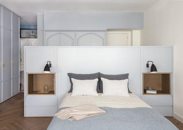 Dormitorio gris con armarios empotrados