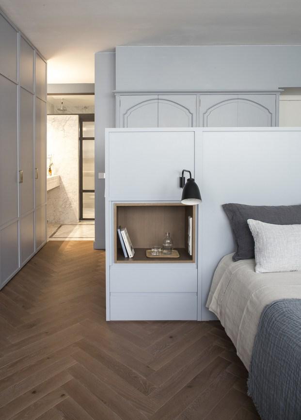 detalle cabezal cama con estantería incorporada