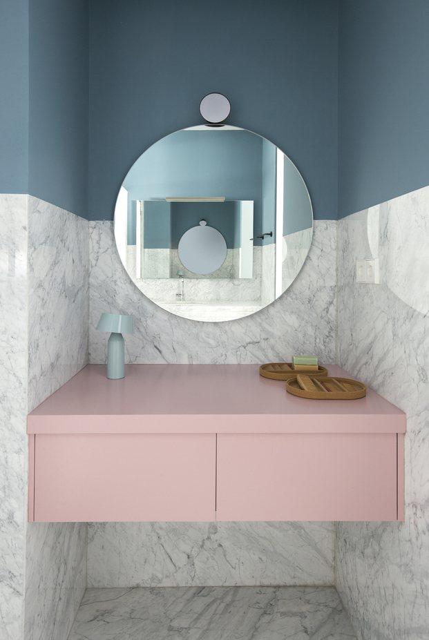 Tocador rosa y pared de mármol