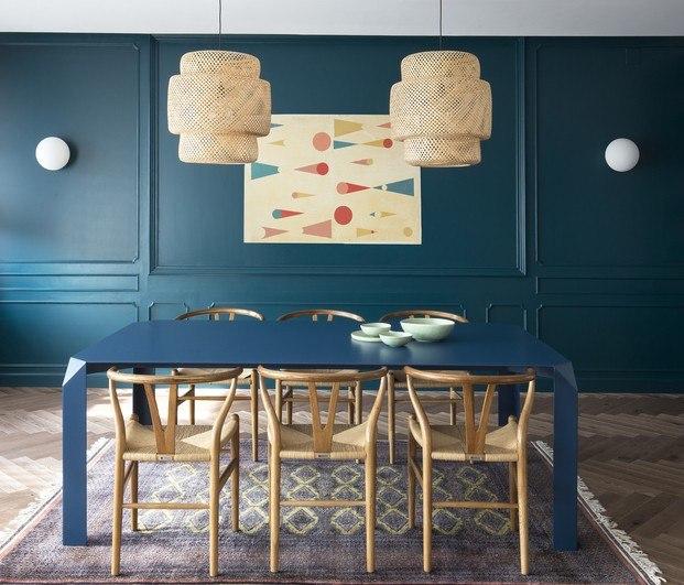 pared con cornisas pintada de azul petróleo